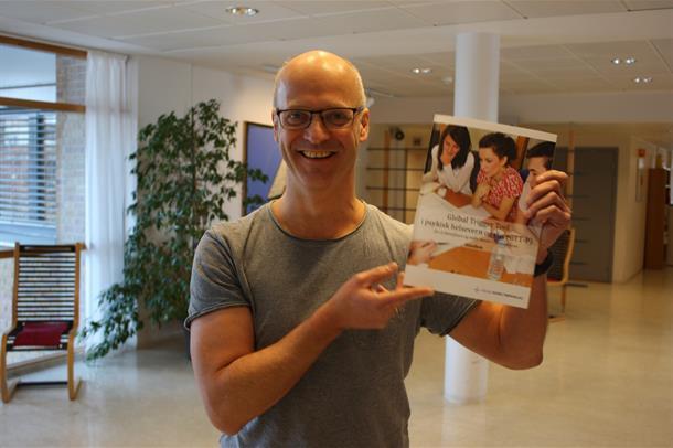"""Prosjektleder Arne Okkenhaug viser brosjyren """"Global Trigger Tool"""". Foto."""