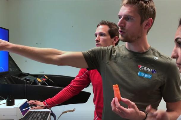 HUNT4-ansatte jobber med testutstyr til en tredemølle. Foto.