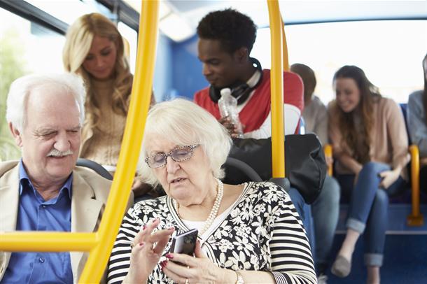 Eldre ektepar sitter på i en buss. Foto.