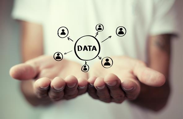 Grafisk illustrasjon av data. Dataene er tegnet inn i et fotografi av to åpne hender som omfavner dataene.