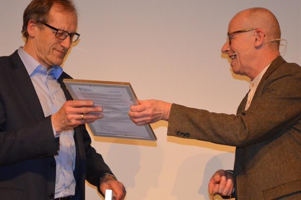 Pasient- og brukerombud Kjell J. Vang (høyre) delte torsdag ut Pasient- og brukertilfredshetsprisen for 2015 til Arne Flaat.