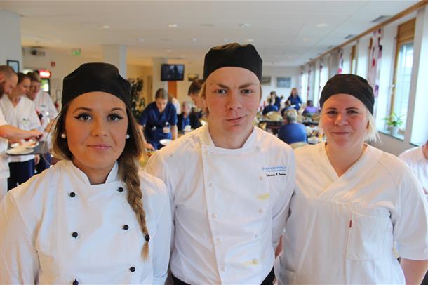 Kokkelærlingene Marthe Kristin Olson (t.v.), Johannes Bakkan Brenne og Hege Leinum. Foto.