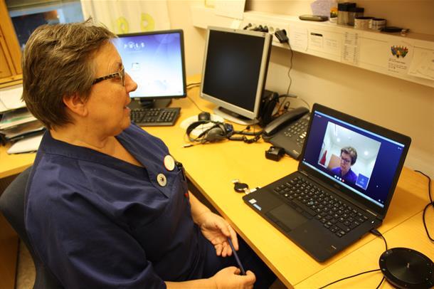 Sykepleier Ingebjørg Roen Bye snakker med sykepleier Kristin Nøstvold via videokommunikasjon. Foto.