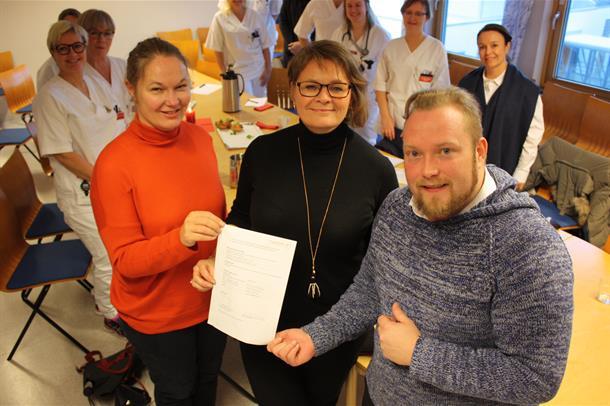 Lise Tuset Gustad, Anne Kristin Melby og Petter Tinbod Eggen viser kontrakten for deltakelse i pilotprosjektet.