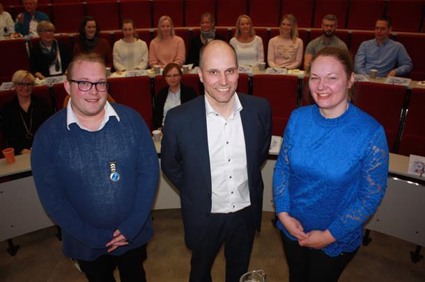 Petter Tinbod Eggen, Torbjørn Aas og Lise Tuset Gustad står sammen under kick-off-arrangementet. Foto.