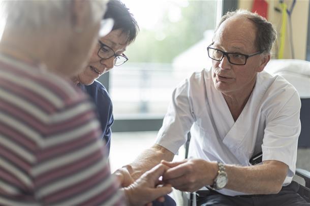 Lege i konsultasjon med pasient. Foto.