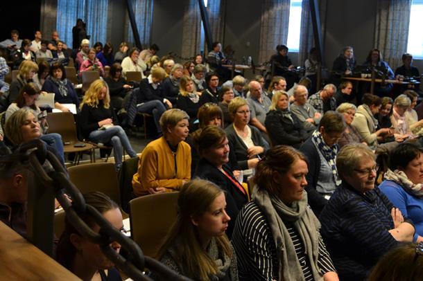 Mange deltakere i konferansesalen.