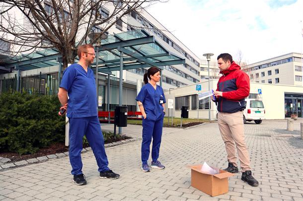 Espen Ruud Sollien, Aina-Elin Aunan og Atilla Haugen står sammen foran sykehusinngangen. Foto