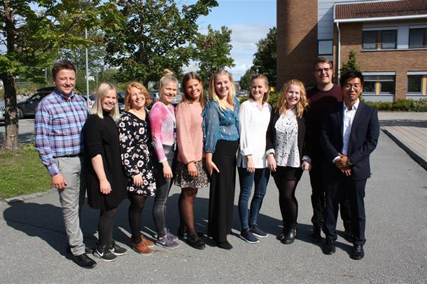 De nye NTNU Link-studentene står sammen med ordfører, prosjektleder, forskningssjef og HNT-direktør i solen. Foto.