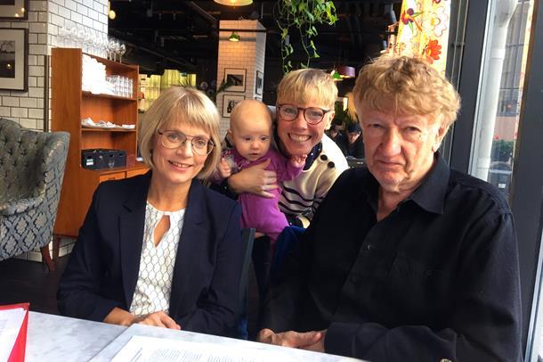 Bodil Landstad, Emma Hagqvist og Gunnar Aronsson sitter ved et kafébord og ser i kamera. Foto.
