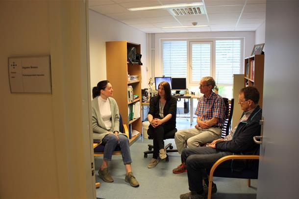 Ingunn Bosnes, Hege Rasmussen, Eystein Stordal og Ole Bosnes sitter i fire stoler på et kontor. Foto