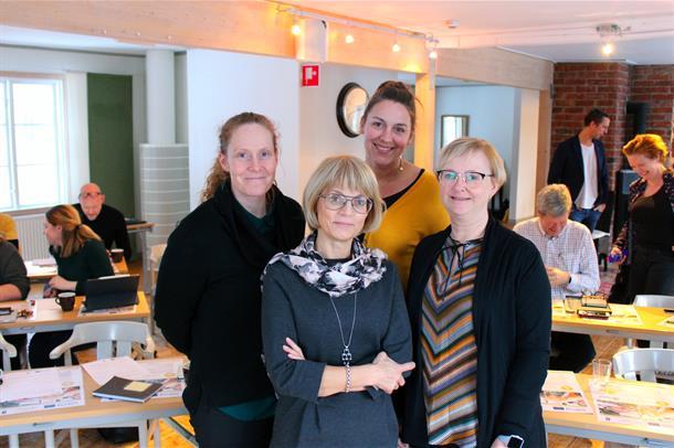 Therese Troset Engan, Bodil Landstadm, Åse Mette Haldorsen og Hilde KjeldstadBerg står sammen foran en forsamling. Foto.