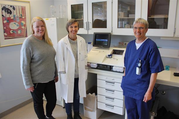 Marlen Knutli, Solfrid Romundstad og Siri Amundsen står samen i laboratoriet. Foto.