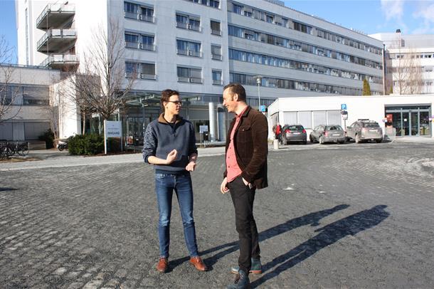 Tarjei Hanken og Marius Lervåg Aasprong står utenfor Sykehuset Levanger og snakker. foto.