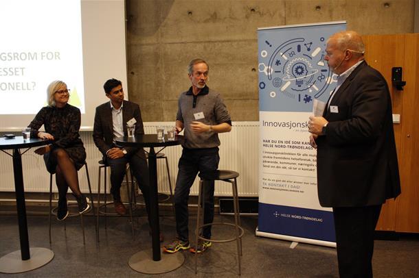 Ingvild Kjerkol, Naeem Zahid og Just Ebbesen sitter og snakker sammen. Ved siden av står Bjarne Håkon Hanssen. Foto