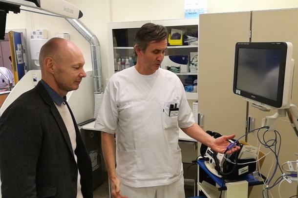 Carl Platou viser senterleder Stein Erik Breivikås det teknologiske utstyret på avdelingen. Foto.